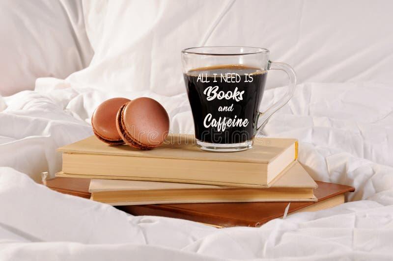 Tasse de matin de café et de gâteau de macarons photos stock