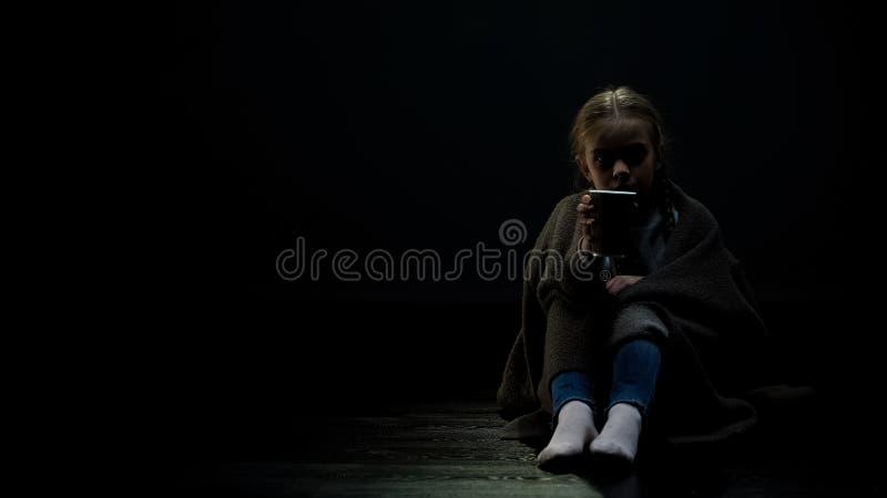 Tasse de mendiant d'apparence de petite fille, demandant la donation, charit?, enfants sans abri images stock