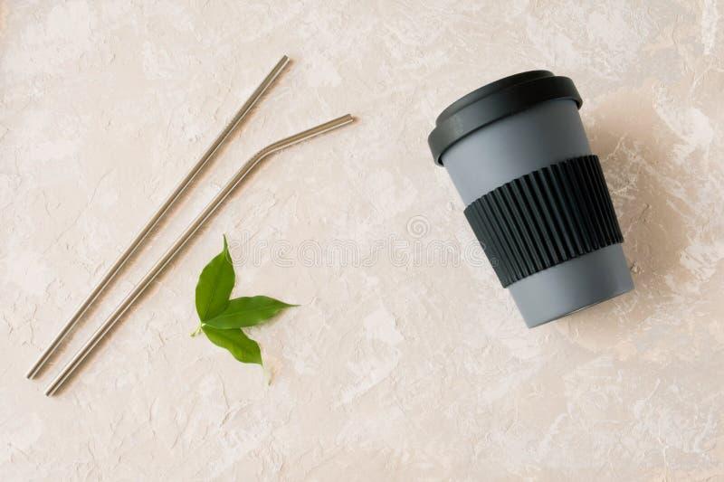 Tasse de paille et en bambou métallique sur le fond neutre Durabilité, déchets zéro images libres de droits