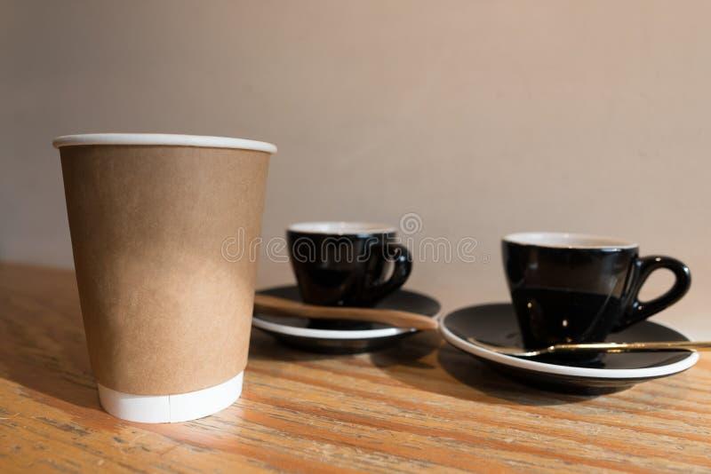 Tasse de papier et expresso de café à l'arrière-plan en céramique de tasse images stock
