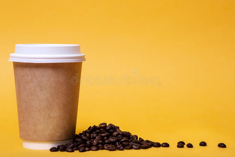 Tasse de papier et grains de café photos libres de droits