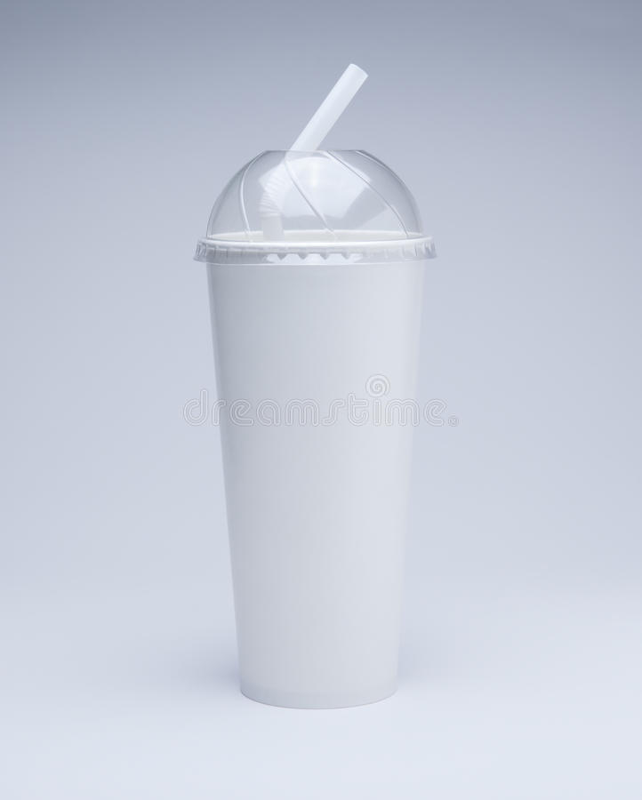 Tasse de papier et paille de café frais avec la couverture en plastique images stock