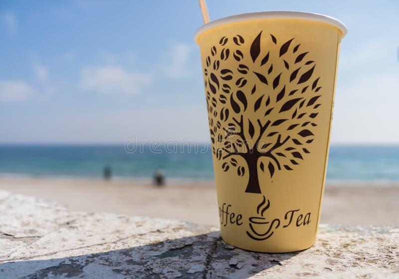 Tasse de papier sur la plage photo libre de droits