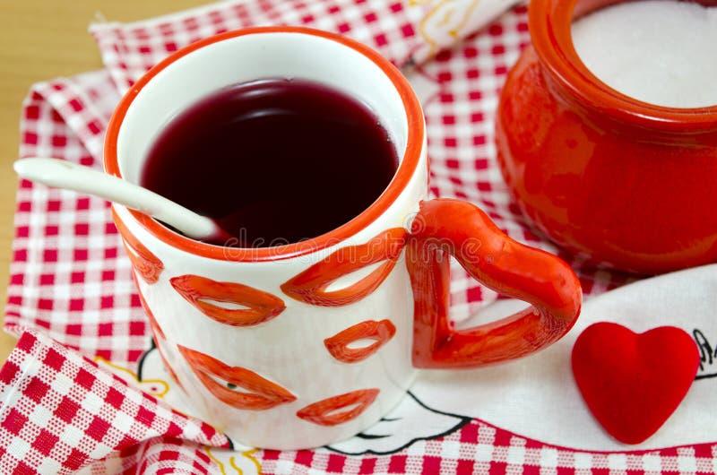Tasse de pièce en t avec des symboles d'amour photo libre de droits
