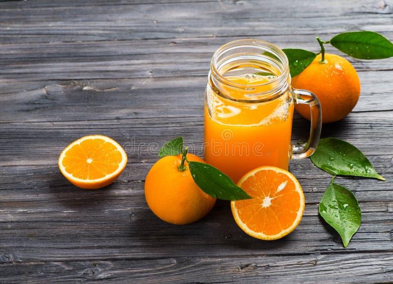 Tasse de pot de maçon avec le jus d'orange photos stock