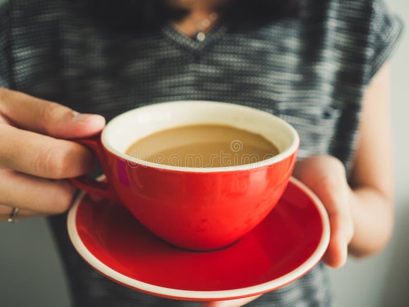 Tasse de prise de femme de café rouge images stock