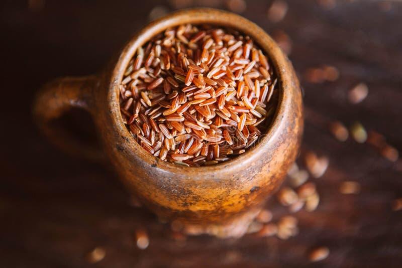 Tasse de riz rouge photographie stock libre de droits