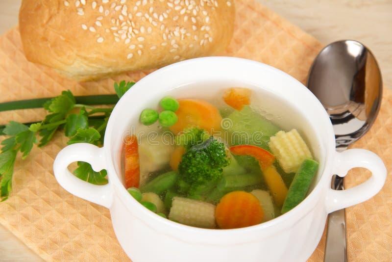 Tasse de soupe et de pain à légume frais photos stock