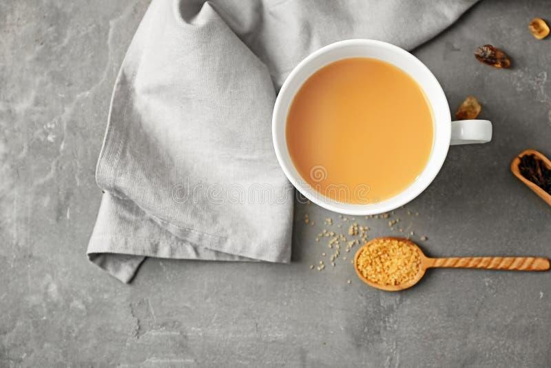 Tasse de thé au lait aromatique sur la table, vue supérieure photo stock