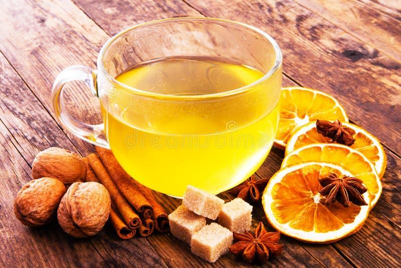 Tasse de thé autour d'anis, d'orange et de cannelle. photo libre de droits