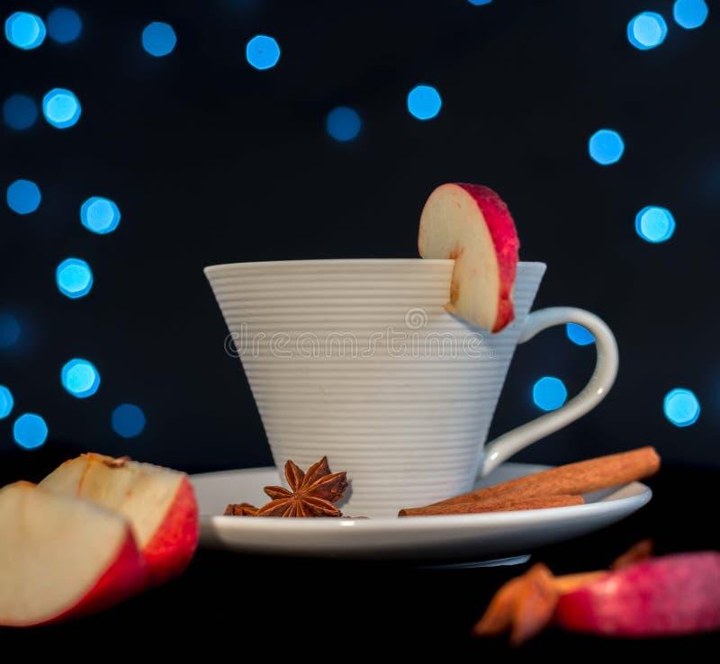Tasse de thé avec de la cannelle, l'anis et la pomme photos stock