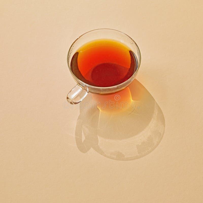Tasse de thé avec la longue ombre photographie stock