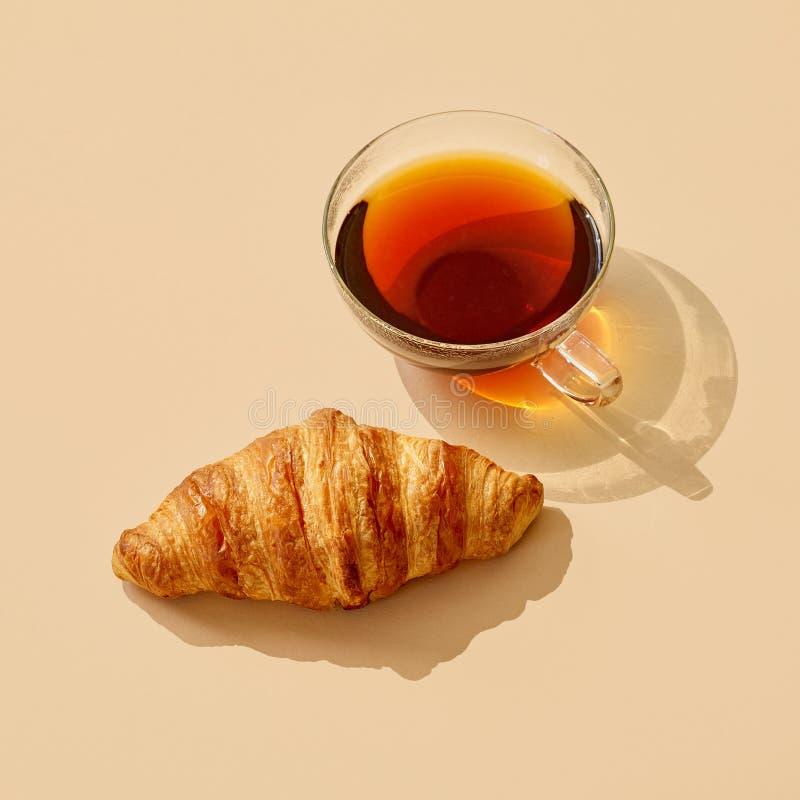Tasse de thé avec la longue ombre photographie stock libre de droits