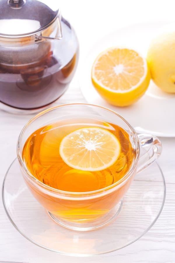 Tasse de thé avec le citron sur la table image stock
