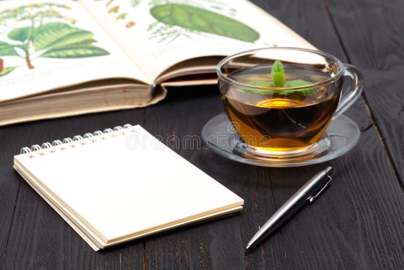 Tasse de thé avec les feuilles en bon état fraîches, photo de plan rapproché image libre de droits