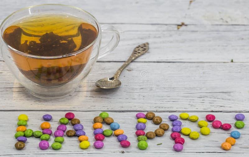 tasse de thé avec les mots heureux photo stock