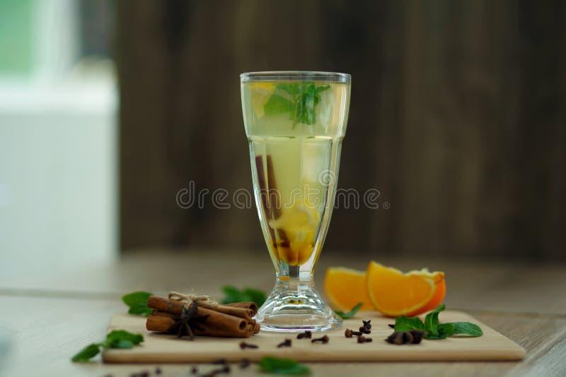 Tasse de thé chaud de vitamine sur la table en bois boissons saisonnières chaudes d'hiver photographie stock