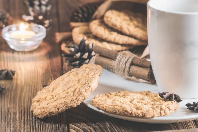 Tasse de thé d'un plat avec les biscuits de farine d'avoine, la cannelle et la graine d'anis photo stock