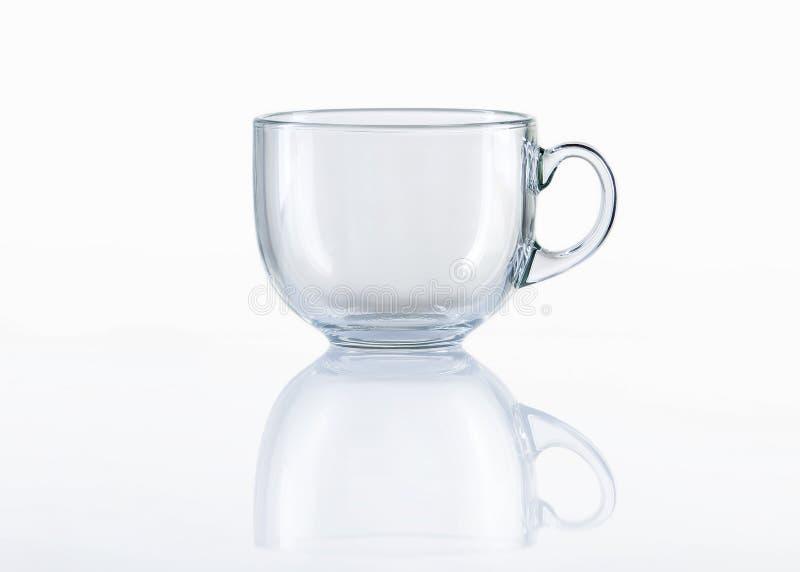 Tasse de thé en verre vide sur le fond blanc image stock