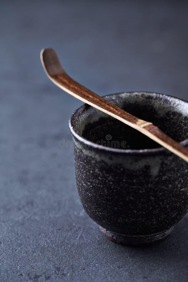 Tasse de thé et cuillère en céramique de Chashaku Matcha Image symbolique Culture asiatique images stock