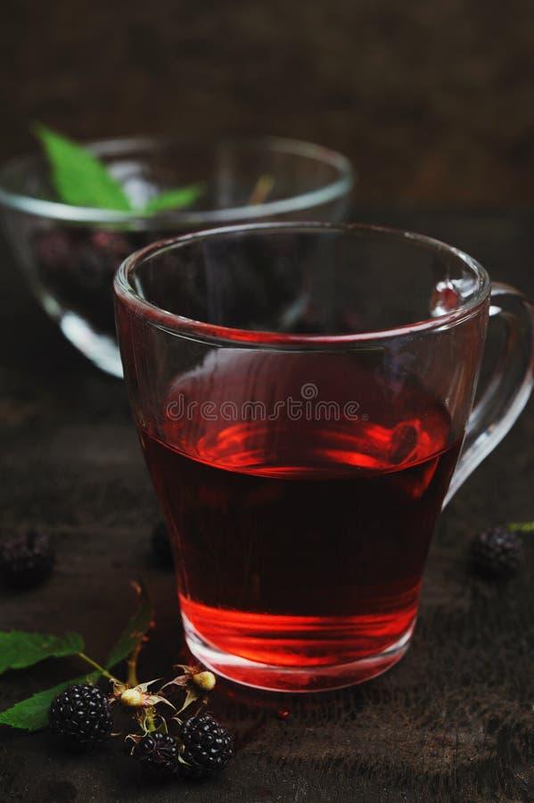 Tasse de thé et de framboises noires image libre de droits