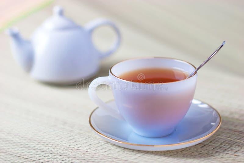 Tasse de thé et théière image stock