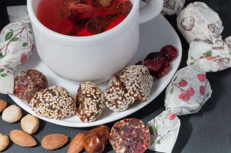 Tasse de thé de fraise avec les sucreries faites main photographie stock
