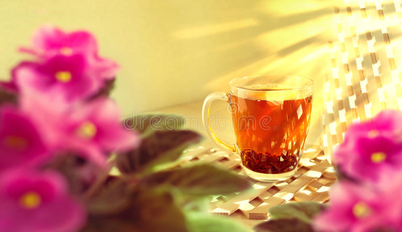 Tasse de thé noir sur un fond en bois Matin, ensoleillé et chaud photos stock