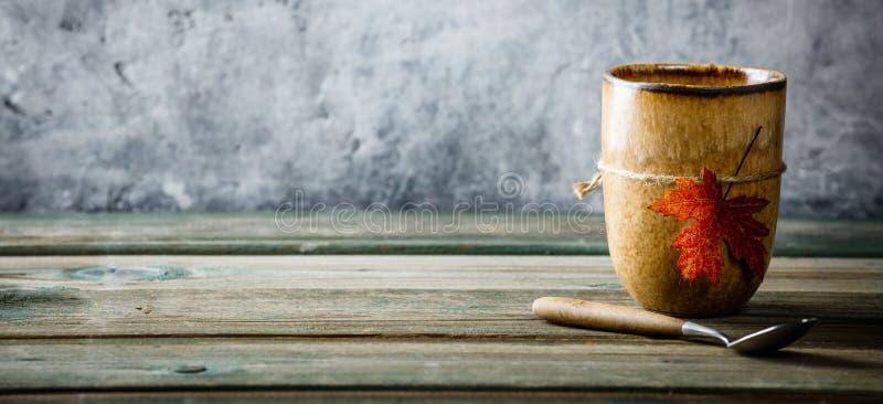 Tasse de thé ou de café avec la feuille d'automne image libre de droits