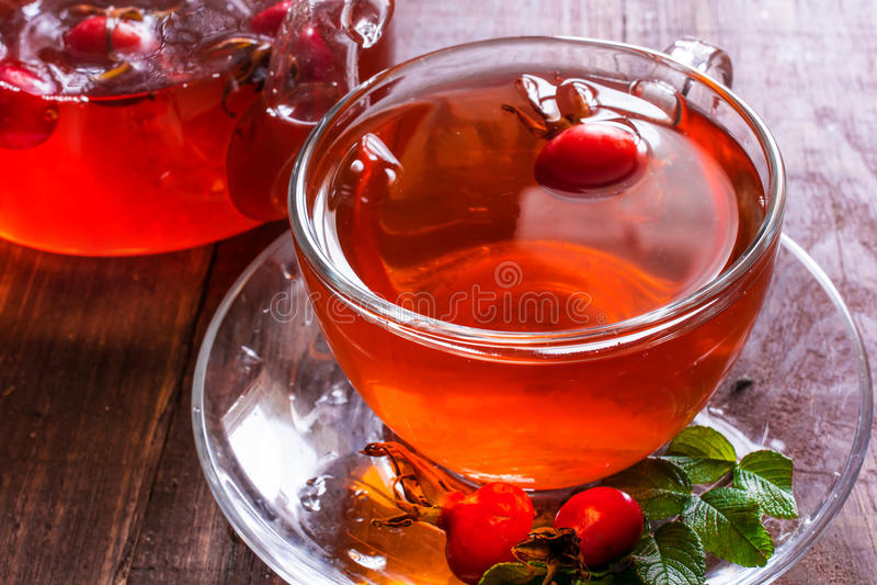 Tasse de thé sain avec la hanche rose photo stock