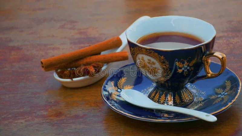Tasse de th? sur la table avec de la cannelle et l'anis photos stock