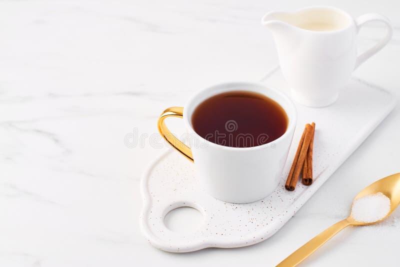 Tasse de thé sur le dessus de table de marbre blanc photo libre de droits