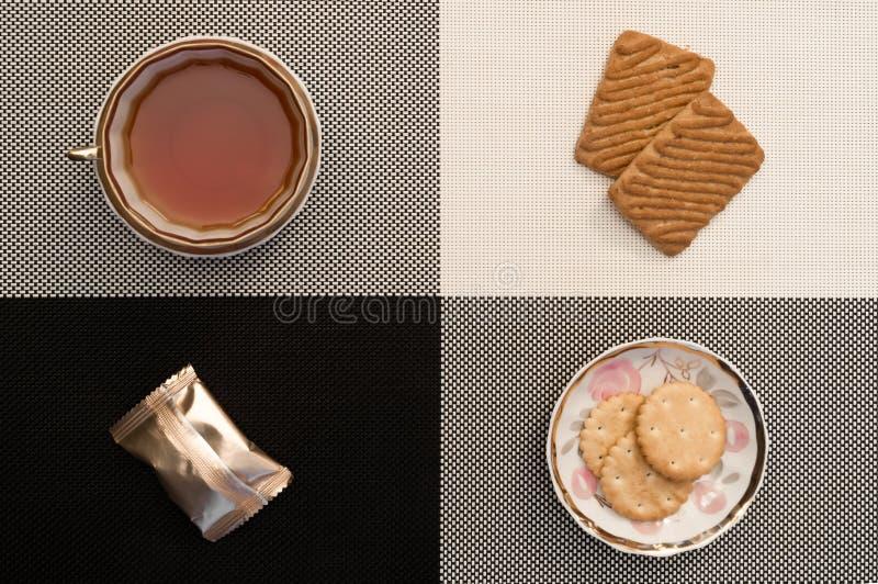 Tasse de thé sur le noir et blanc, les candys et les biscuits Style strict classique photographie stock libre de droits