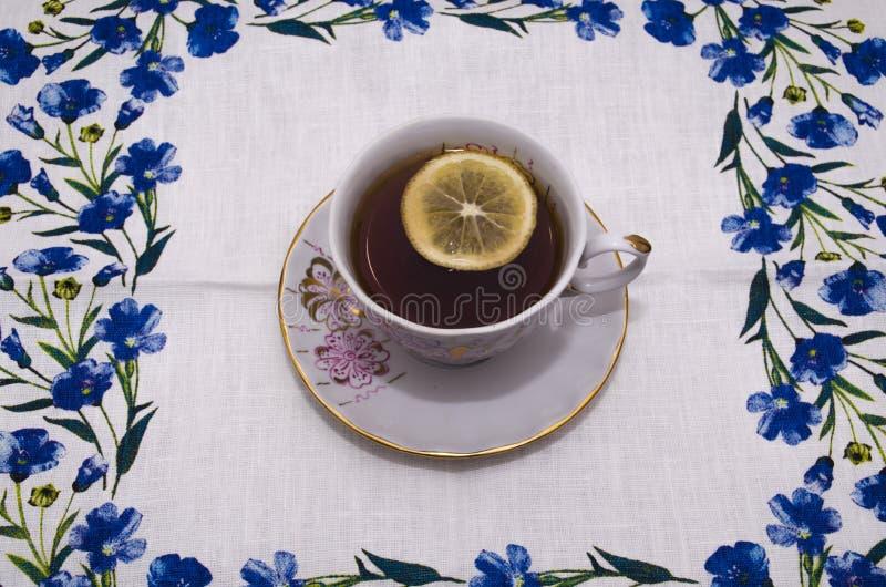 Tasse de thé sur une serviette de toile photo stock