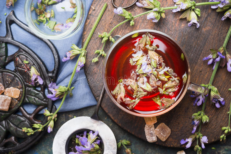 Tasse de tisane avec les herbes fraîches et le service à thé âgé de vintage, vue supérieure, fin  photo libre de droits