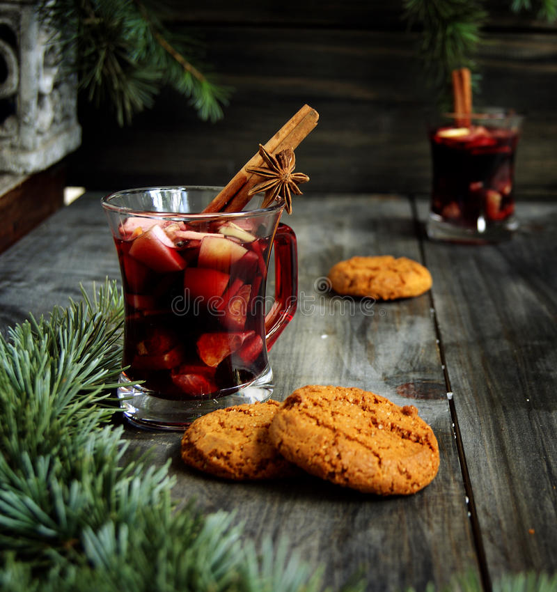 Tasse de vin chaud chaud de Noël photos libres de droits
