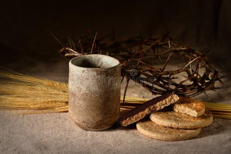 Tasse de vin, couronne de Breadand des épines images libres de droits