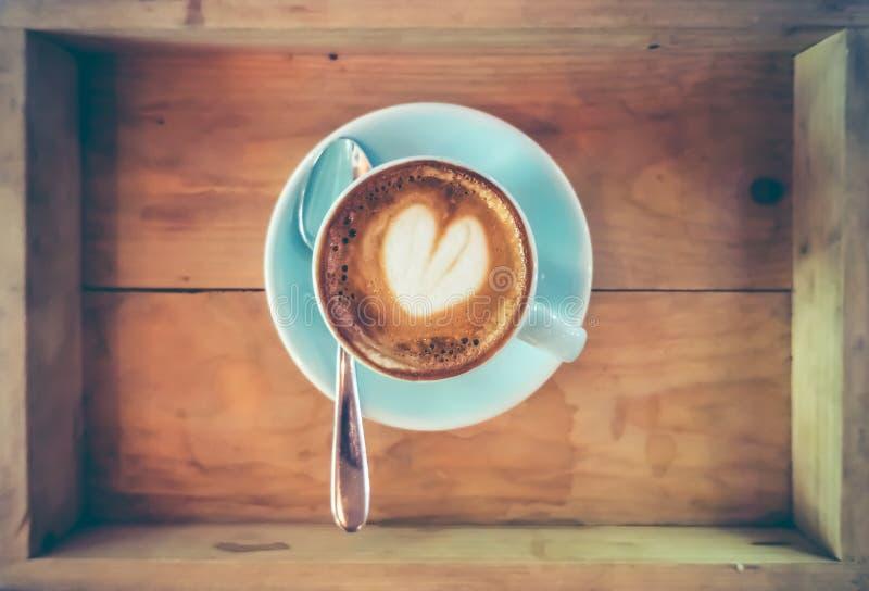 Tasse de vue supérieure d'art chaud de café sur la soucoupe avec la cuillère photos stock