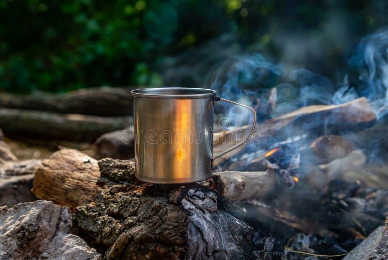 Tasse en acier sur un feu ouvert en nature photo libre de droits