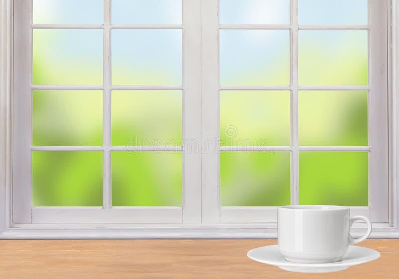 Tasse en bois de table, de fenêtre et de café blanc illustration libre de droits