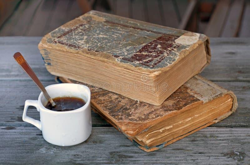Tasse en céramique avec du café et une cuillère à café sur le fond de deux photographie stock