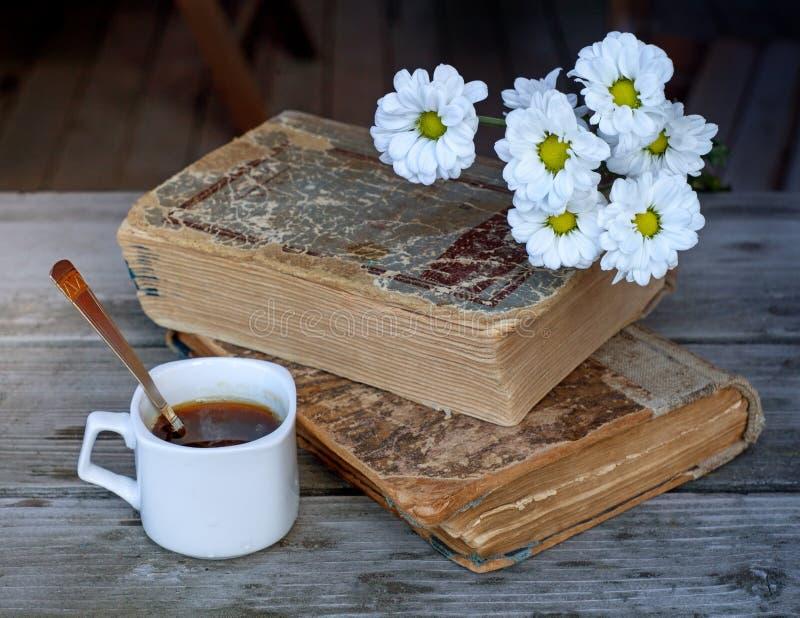 Tasse en céramique avec du café et une cuillère à café sur le fond de deux photographie stock libre de droits