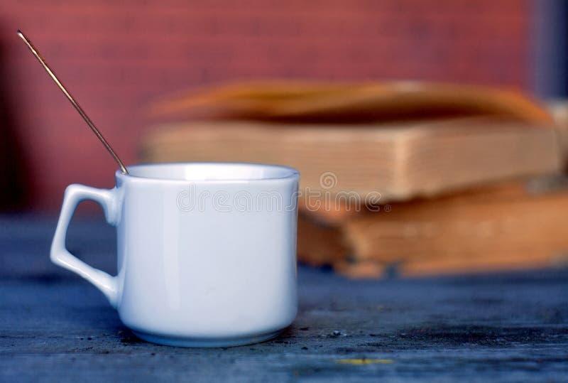 Tasse en céramique avec du café et une cuillère à café sur le fond de deux image libre de droits