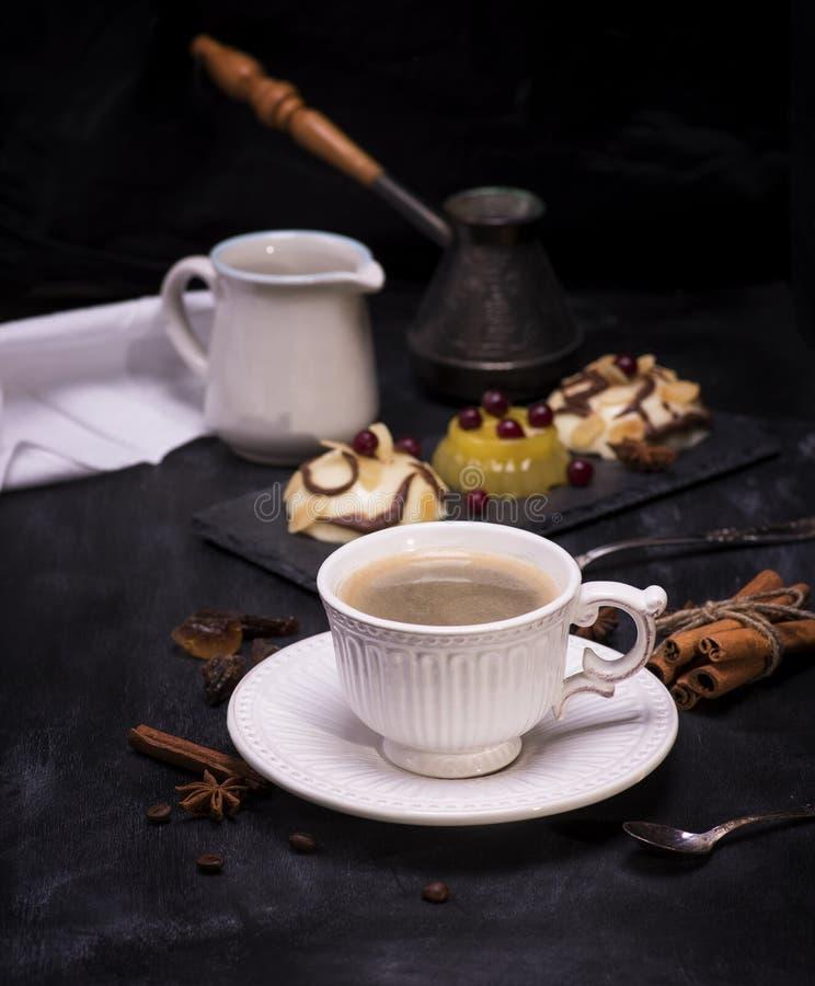 tasse en céramique blanche avec du café noir photo stock