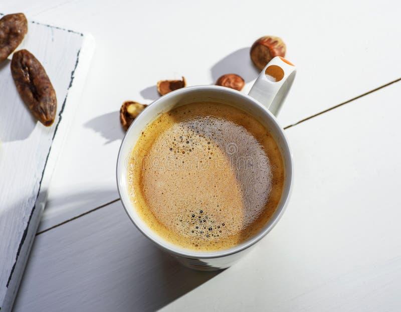 Tasse en céramique blanche avec du café noir et la mousse photographie stock