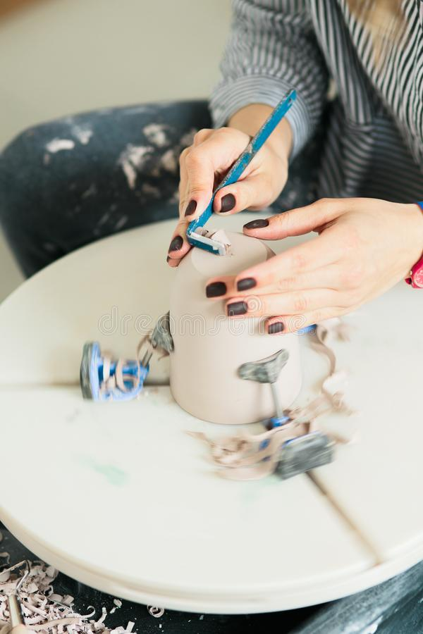 Tasse en c?ramique faite sur une roue de potier dedans l'atelier photos stock