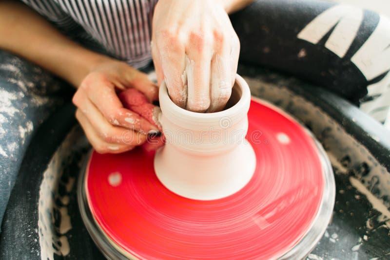Tasse en c?ramique faite sur une roue de potier dedans l'atelier photos libres de droits