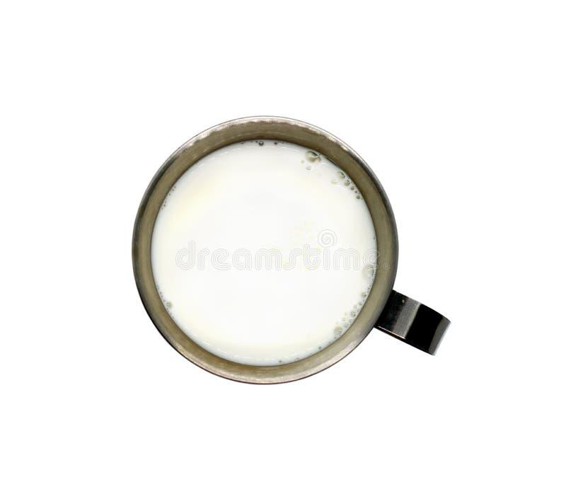 Tasse en métal avec la poignée sur le dessus et le lait d'isolement sur le blanc images libres de droits