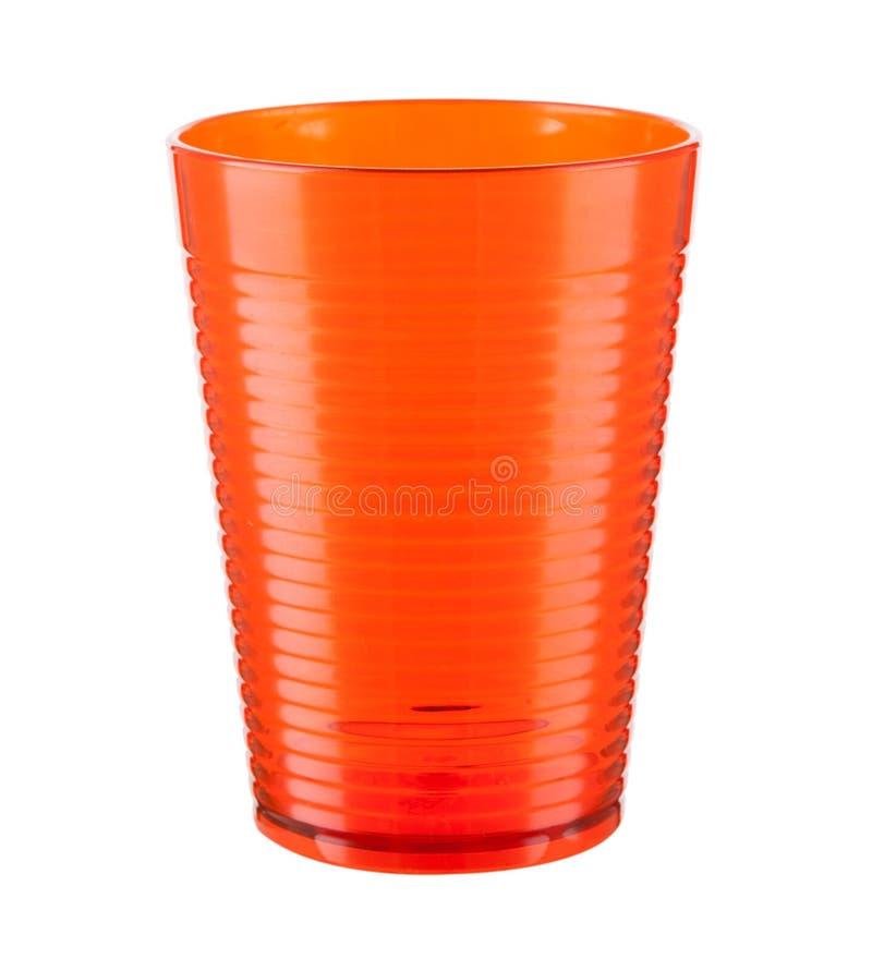 Tasse en plastique orange d'isolement sur un fond blanc image libre de droits