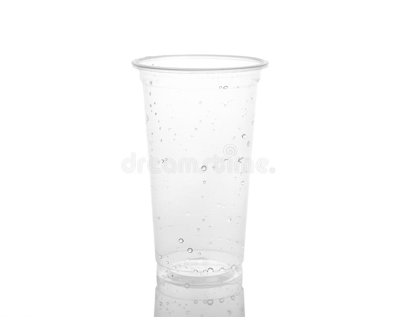 Tasse en plastique vide d'isolement sur un fond blanc. photographie stock libre de droits